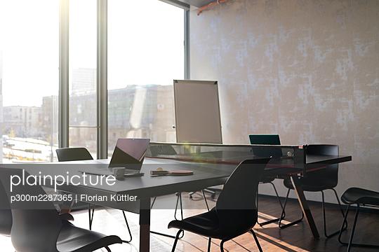 Germany, Rostock, Office, Team, Coworking - p300m2287365 von Florian Küttler