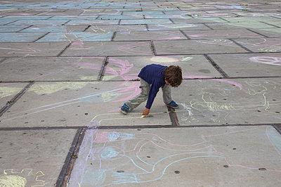 Child chalking - p1231m1091752 by Iris Loonen
