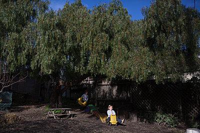 Kinder spielen im Garten - p1308m2065271 von felice douglas