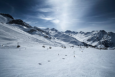 Austria, Tyrol, Ischgl, chair lift in winter landscape in the mountains - p300m1068904f by Bela Raba