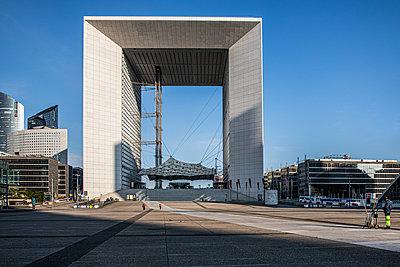 Empty business area of La Defense - p940m2184789 by Bénédite Topuz