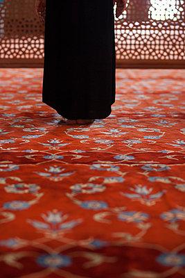 Frau steht in Moschee - p045m1492094 von Jasmin Sander
