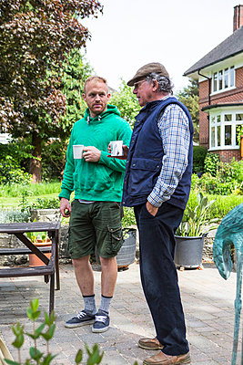 Senior man and young man taking a coffee break - p1026m1164191 by Patrick Frost
