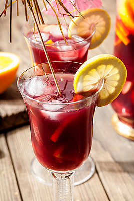 Glass of Sangria with fresh fruits - p300m2023704 von Susan Brooks-Dammann