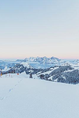 View over snowy mountains at dusk, Saalbach Hinterglemm, Pinzgau, Austria - p300m2114787 by Michael Malorny