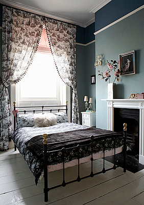 Black and white co-ordinated Georgian townhouse bedroom - p349m789886 by Brent Darby