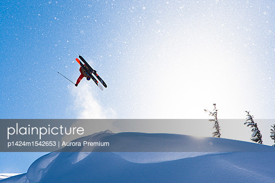 plainpicture | Photo library for authentic images - plainpicture p1424m1542653 - Extreme skier doing backfli... - plainpicture/Aurora Premium