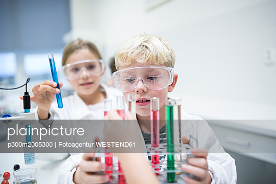 Pupils experimenting with test tubes in science class - p300m2005300 von Fotoagentur WESTEND61