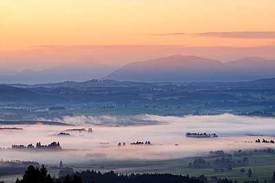 Germany, Bavaria, Upper Bavaria, Allgaeu, Pfaffenwinkel, View from Auerberg near Bernbeuren, morning fog over Lech Valley during sunrise - p300m1535634 by Martin Siepmann