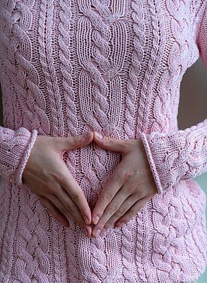 Woman in pink sweater - p427m2149835 by Ralf Mohr