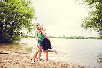 Freundinnen am Fluss - p904m932310 von Stefanie Päffgen