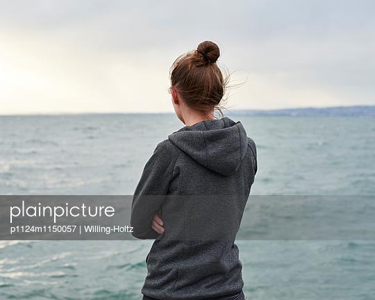Frau blickt auf den Genfer See - p1124m1150057 von Willing-Holtz