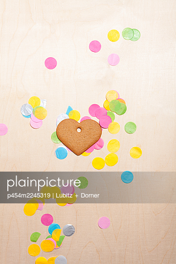 Celebrating with love - p454m2245319 by Lubitz + Dorner