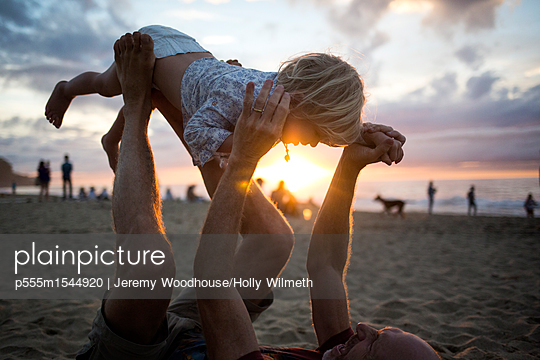 Caucasian father lifting son on hands and feet at beach - p555m1544920 by Jeremy Woodhouse/Holly Wilmeth