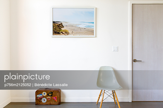 Zimmer mit Stuhl und Koffer - p756m2125052 von Bénédicte Lassalle