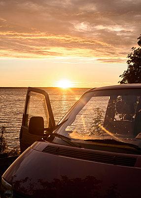 VW-Bus bei Sonnenuntergang - p1124m1165603 von Willing-Holtz