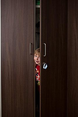 Kind schaut aus Schrank - p1386m1452212 von beesch