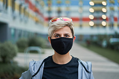 Young woman in black medical mask outdoors in afternoon. - p1630m2196908 by Sergey Mironov
