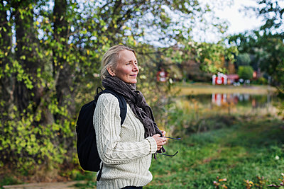 Smiling woman looking away - p312m2101681 by Pernille Tofte