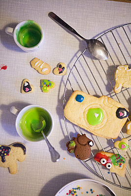 Decorating cookies - p454m2063659 by Lubitz + Dorner