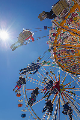 People tourists chain swing carousel Oktoberfest - p609m1473062 by OSKARQ