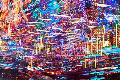 Jahrmarkt bei Nacht Mehrfachbelichtung - p719m2020783 von Rudi Sebastian