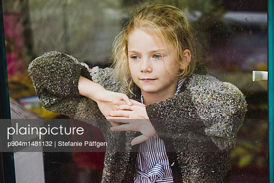 Hinter dem Fenster - p904m1481132 von Stefanie Päffgen