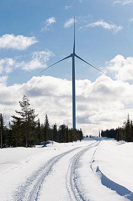 Verschneiter Waldweg mit Windkraftanlage - p1079m1042425 von Ulrich Mertens