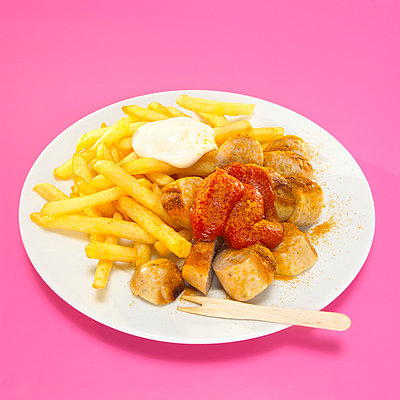 Currywurst and French fries with sauce in plate; Close-up - p3001636f by Westend61