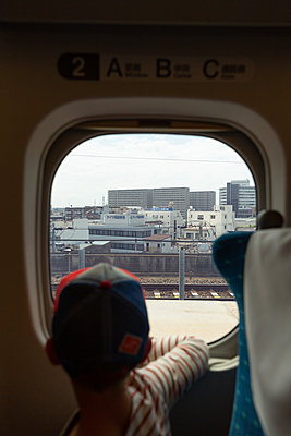 Tokyo seen through train window - p756m2122745 by Bénédicte Lassalle