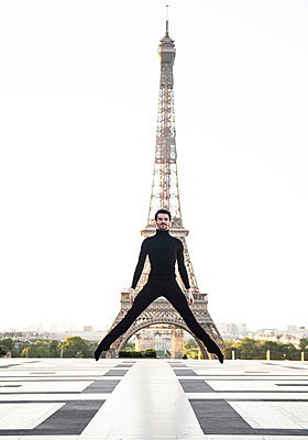 France, Ballett dancer in front of the Eiffel tower - p1139m2211184 by Julien Benhamou