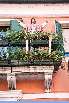 Christus Statue auf einem Balkon - p375m1564616 von whatapicture