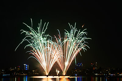 Feuerwerk vor Stadtsilhouette - p763m1057716 von co-o-peration