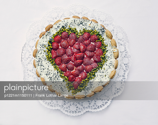 Käsetorte mit Erdbeeren - p1221m1150111 von Frank Lothar Lange