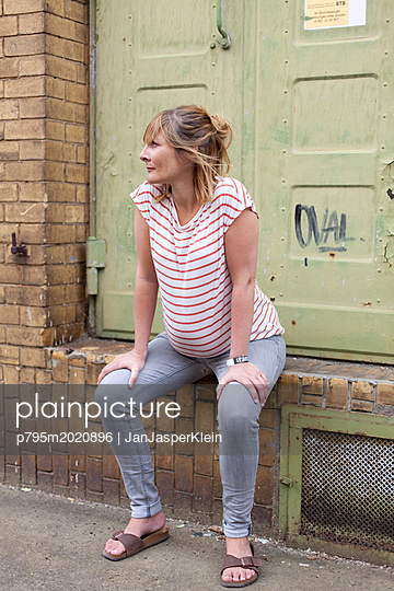 Schwangere Frau macht Pause - p795m2020896 von Janklein