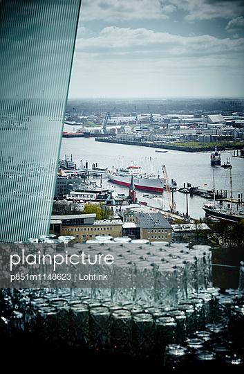 Blick auf den Hamburger Hafen - p851m1148623 von Lohfink