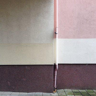 Fallrohr an einer Fassade - p1401m1513073 von Jens Goldbeck