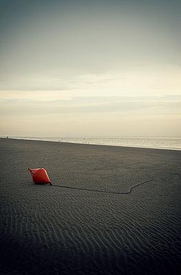 Boje am Strand - p1443m2191573 von SIMON SPITZNAGEL
