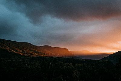 intensiver Sonnenuntergang in Norwegen im Fjord mit Blick auf Gebirgskette - p1497m2145050 von Sascha Jacoby