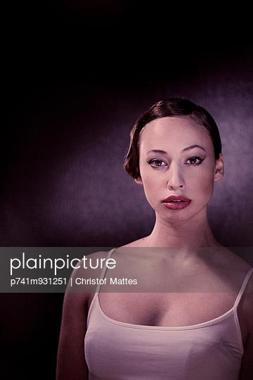 Elegante Frau - p741m931251 von Christof Mattes
