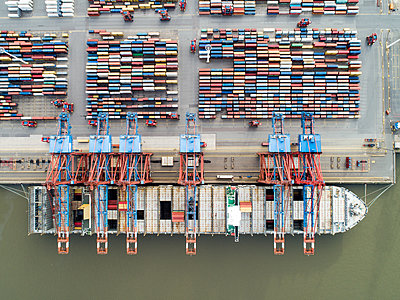 Container terminal, Hamburg harbour, aerial view - p1079m2175931 by Ulrich Mertens