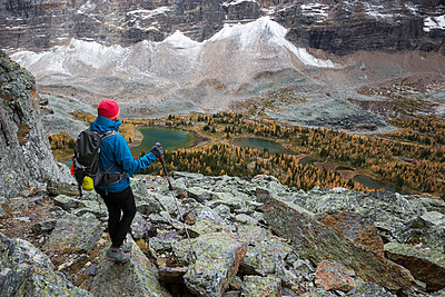 Hiker looking at scenic mountain view, Lake O - p1192m1213094 by Hero Images