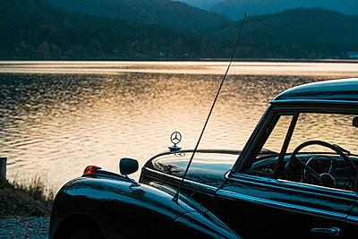 Mercedes Benz Ponton am Seeufer - p1437m2254420 von Achim Bunz