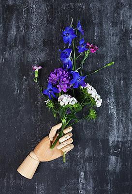 Holzhand mit Blumenstrauß - p237m2100382 von Thordis Rüggeberg