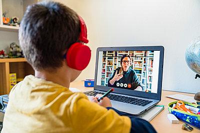 Teacher teaching through video call to student during quarantine homeschooling - p300m2199310 by Giorgio Magini