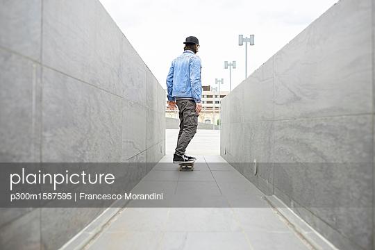 Young man skateboarding in the city - p300m1587595 von Francesco Morandini