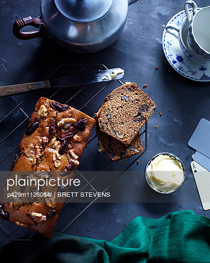 Overhead view of date and walnut loaf on cooling tray - p429m1126084f by BRETT STEVENS