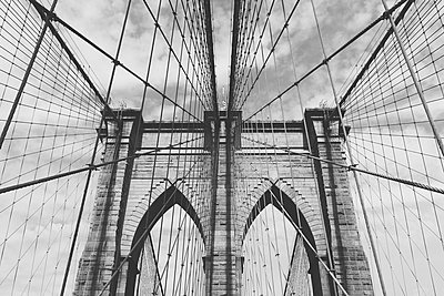 Low angle view of Brooklyn Bridge against sky, New York City, New York, USA - p301m1498551 by Norman Posselt