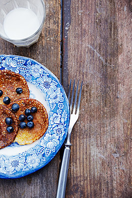 Pancakes with blueberries - p312m1229023 by Anna Kern