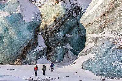 Winter hikers exploring Black Rapids Glacier; Alaska, United States of America - p442m2154158 by Steven Miley